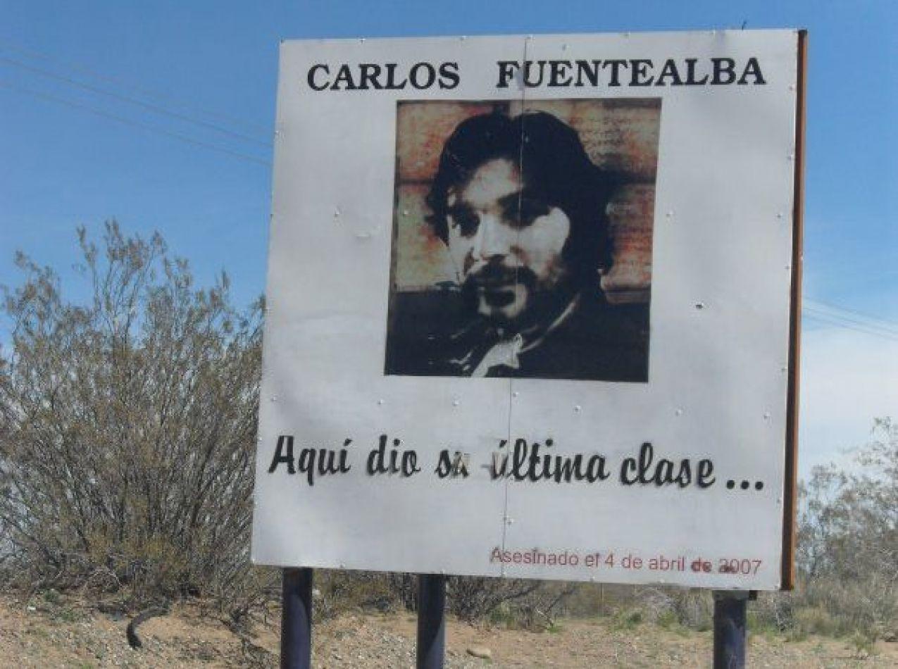 Cartel en la ruta donde murió Fuentealba