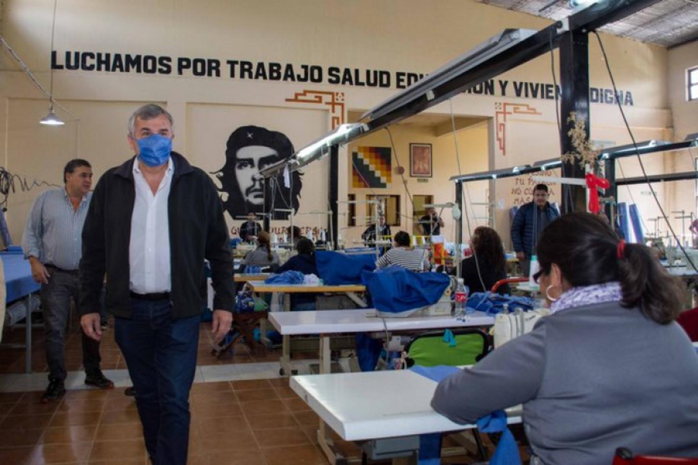 Foto: Twitter Gerardo Morales en la visita a la textil de la Tupac Amaru
