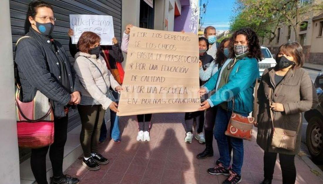 Foto: El Tribuno. Madres reclamando frente a la EET N°1