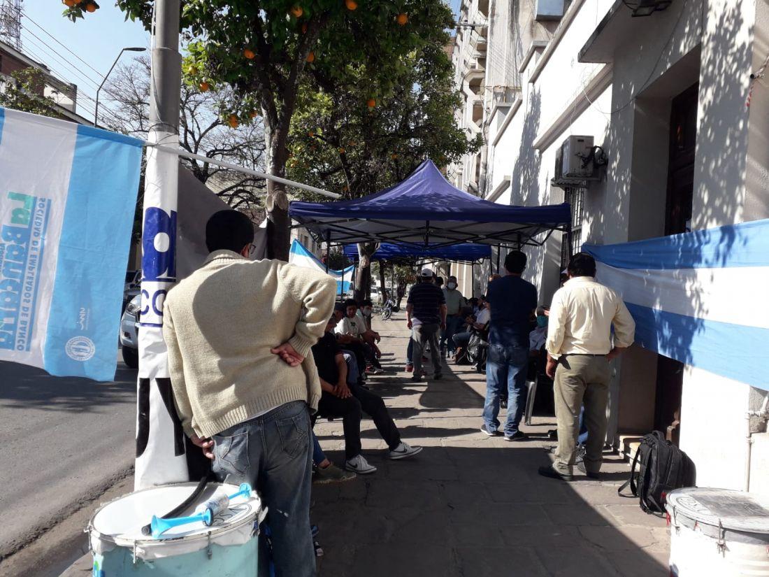 A un mes de iniciado el conflicto en el ex Banco de Desarrollo, sus trabajadores siguen a la deriva